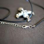 Anielski krzyżyk z rzemykiem