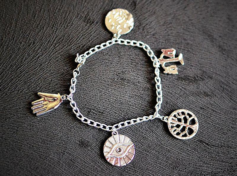 Damska srebrna bransoletka z zawieszkami