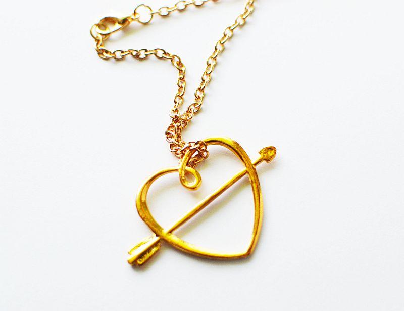 Damski złoty naszyjnik – Serce przebite strzałą